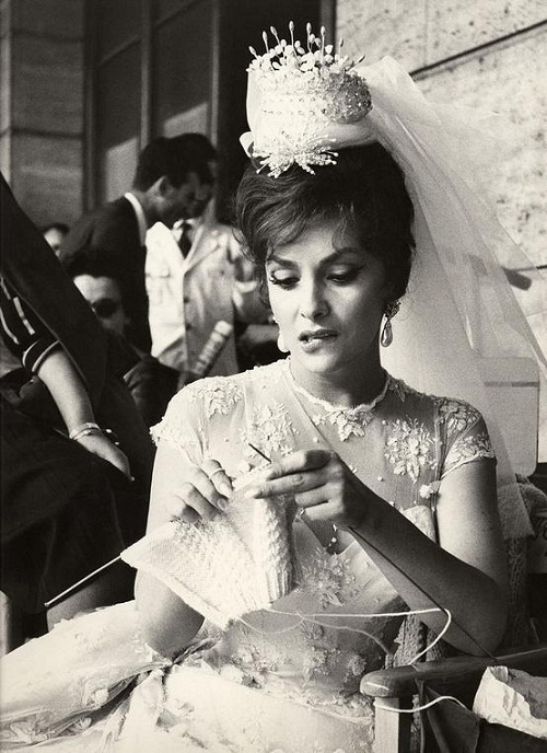 Gina-Lollobrigida-is-knitting