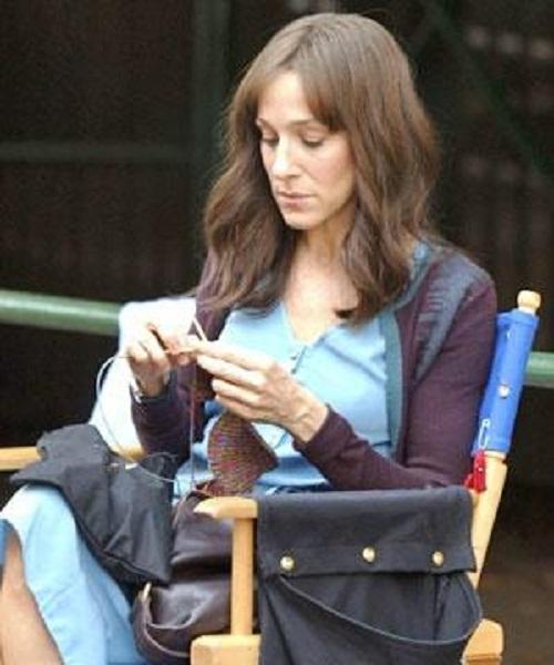 Sarah-Jessica-Parker-knitting-2