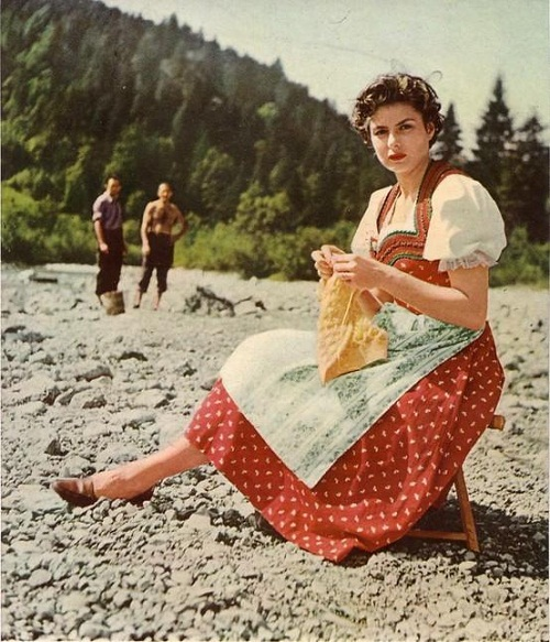 Ingrid-Bergman-knitting-on-the-beach