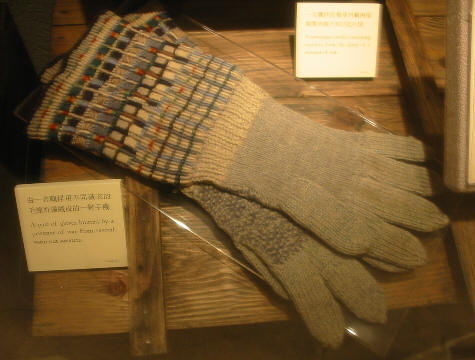 Pow_knitted_gloves